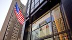 Eine US-amerikanische Flagge weht vor dem Sitz der UBS AG an der Park Avenue in New York City, USA. Symbolbild.