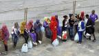 Eine Gruppe Flüchtlinge wartet in Lampedusa auf den Weitertransport in ein Flüchtlingscamp auf dem italienischen Festland.