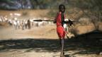 Massai sind Halbnomaden und leben in Ostafrika in verstreuten Hütten, die sie aus Kuhdung und Erde bauen.