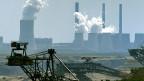 Braunkohletagebau Nochten - im Hintergrund das Kohlekraftwerk Boxberg.