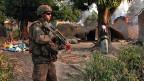 Französischer Soldat auf Patrouille im Dorf Bossangoa, im Norden der Hauptstadt der Zentralafrikanischen Republik.