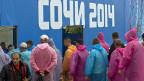 Arbeiter stehen Schlange vor einer Kanine im Olympischen Park in Sotschi.