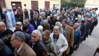 Schlange stehen, um die Stimme zur neuen Verfassung abzugeben: Dienstag Morgen vor einem Wahllokal in Kairo.