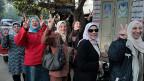 Ägyptische Frauen stehen Schlange vor einem Abstimmungslokal in Kairo.