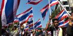 Anti-Regierungs-Demonstranten marschieren während einer Kundgebung am 17. Januar 2014 in Bangkok. Eine Bombe explodierte und mindestens 30 Demonstranten wurden verletzt.