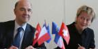 Der französisch Finanzminister Pierre Moscovici, links, und die Schweizer Finanzministerin Eveline Widmer-Schlumpf in Paris am 11. Juli 2013 zu sehen. Frankreich und die Schweiz haben eine neue Vereinbarung unterzeichnet, um Steuerhinterziehung zu verhindern.