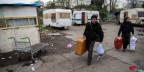 Ein Roma-Paar beim Verlassen eines nicht autorisierten Roma-Lagers in Saint-Ouen bei Paris, welches am 27. November 2013 von der französischen Polizei geräumt wurde. Symbolbild.