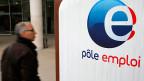 Ein Arbeitsloser vor einem Arbeitsamt in Nizza.