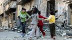 Kinder spielen Ende Dezember in einem Quartier der weitgehend zerstörten Stadt Homs.