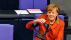 Bundeskanzlerin Merkel im deutschen Bundestag - bevor sie ihre Regierungserklärung abgibt.