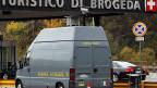Ein Kleinbus der Gaurdia di Finanza, der italienischen Finanzpolizei, filmt in die Schweiz einreisende Passanten, um  eventuelle Steuerflüchtlinge zu entdecken.