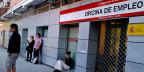 Arbeitslose warten vor einem Arbeitsvermittlungsbüro in Madrid. Archivbild.