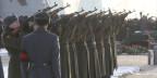 Russland soll wieder eine Supermacht werden, so Putin. Bild: Soldaten salutieren mit Kalaschnikow-Sturmgewehren am 27. Dezember 2013.
