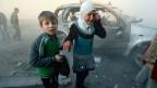 Ein Mädchen und ein Junge nach einem Angriff von Assads Truppen auf Aleppo.