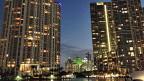 Reiche Leute aus Lateinamerika kaufen die Eigentumswohnungen in den neuen Hochhäusern Miamis – einerseits, weil sie Kultur und Wetter in Miami schätzen, aber oft auch, um Fluchtgelder zu investieren.