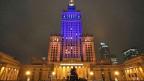 Der Kultur- und Wissenschaftspalast in der polnischen Hauptstadt Warschau ist in den ukrainischen Landesfarben gelb und blau beleuchtet, am 4. Dezember 2013.