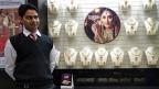 Malabar Gold and Diamonds, ein Schmuckgeschäft an der grössten Juwelierstrasse in Delhi. Hier gibt es Gold, wohin man blickt. Goldarmreifen, Goldringe mit Edelsteineinlagen, fein ziselierte Goldamulette. 380 Franken kostet ein simpler Goldarmreif von knapp acht Gramm.
