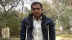 Die Kinderlähmunng hat das linke Bein des 30-jährigen Englischlehrers Chand Ansari vollkommen verkrüppelt. Er bewegt sich mit kleinen Schritten und auf Krücken gestützt.