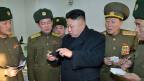 Nordkoreas Führer Kim Jong Un im Kreis von Militärs. In Nordkorea geschehen Verbrechen gegen die Menschlichkeit, es wird gefoltert.