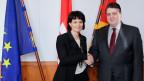 Der deutsche Wirtschaftsminister Sigmar Gabriel begrüsst die Schweizer Verkehrsministerin, Doris Leuthard, in Berlin am 21. Februar 2014.