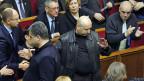 In der Mitte von ukrainischen Parlamentsabgeordneten: Übergangspräsident Alexander Turtschinow.
