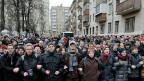 KremlkritikerInnen protestieren vor einem Moskauer Gericht.