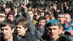 Pro-russische Aktivisten protestieren in Simferopol auf der Krim gegen die Absetzung Janukowitschs.
