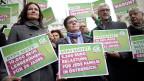 Die österreichischen Grünen protestierten am 18. Februar in Wien: «Hypo kostet: 10'000 neue LehrerInnen für 26 Jahre» oder «Hypo kostet: 5500 Euro Belastung für jede Familie in Österreich».