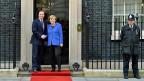 Gastgeber David Cameron und Bundeskanzlerin Merkel auf dem roten Teppich vor der Downing Street 10.