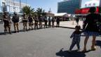 Chinesische Spezialkräfte vor dem Bahnhof von Kunming.