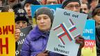 Polinnen und Polen protestieren vor der russischen Botschaft in Warschau gegen das Vorgehen Russlands in der Ukraine.