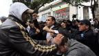 Algerische Polizisten verhaften einen Demonstranten während einer Demonstration gegen den algerischen Präsidenten Abdelaziz Bouteflika in Algier, Algerien, am 6. März 2014.