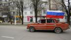 Ein Auto mit russischer Flagge fährt durch Simferopol, auf der Krim-Halbinsel.