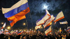 Russische Flaggen wehen am Sonntagabend in der Regionshauptstadt Simferopol auf der Halbinsel Krim.