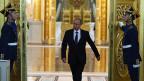 Begleitet von Fanfarenklängen schritt Wladimir Putin durch das Tor im Kreml -. Beinahe,  als gäbe es für Russland einen historischen Sieg zu feiern.