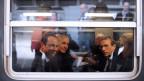 François Hollande (links) im Zug in Paris mit seinem Berater Thierry Repentin (zweiter von links) dem Strassburger Bürgermeister Roland Ries (rechts) am 22. April 2012.
