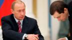 Der russische Präsident Wladimir Putin, links, spricht mit Kreml-Vize-Generalstabschef Wladislaw Surkow.