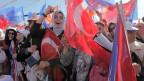 Anhänger der Partei AKP während einer Wahlkampfveranstaltung in Istanbul, Türkei. Archivbild.