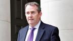 Liam Fox gibt sein Amt als britischer Vetreidigungsminister 2011 ab