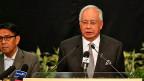 Der malaysische Premier Najib Razak informiert in Kuala Lumpur, dass die vermisste Boeing 777 über dem Indischen Ozean abgestürzt sei.