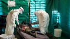 Betreuung eines Ebola-Patienten durch Ärzte von Medecins sans Frontières in Kongo.