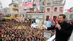 Mustafa Sarigül bringt die Istanbulerinnen zum tanzen und singen. Der Kandidat fürs Istanbuler Stadtpräsidium lächelt dem Sieg entgegen.