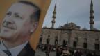Ein Poster des türkischen Ministerpräsidenten Recep Tayyip Erdogan an einer Wahlplakatwand in Istanbul am 27. März 2014.