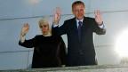 Der türkische Premier und seine Frau winken ihren AnhängerInnen und Anhängern zu, nachdem die AKP die Gemeindewahlen gewonnen hat.