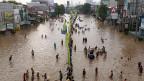 Überflutete Strassen in Jakarta 2013. Der Klimarat drängt auf rasche Verringerung des CO2-Ausstosses.