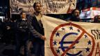 Proteste in Athen am 1. April. Auf dem Transparent im Hintergrund steht: Schluss mit der Diktatur des Euro.