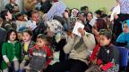 Syrische Familien warten auf die Registrierung im UNHCR-Zentrum in der Stadt Tripoli im Norden Libanons.
