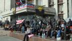 Pro-russische Protestierende vor einem besetzten Gebäuder der ukrainischen Administration in der ostukrainischen Stadt Donetzk.