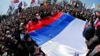 Pro-russische Aktivisten mit einer russischen Riesenflagge vor der ukrainischen Verwaltung in Donezk.