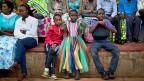 Junge Rwanderinnnen und Rwander an einer Gedenkfeier an den Völkermord vor 20 Jahren.